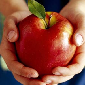поделиться яблоком