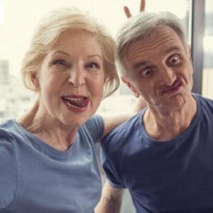 юмор сохраняет удовлетворение в браке