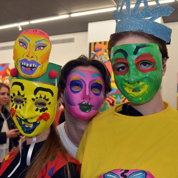 маски добавят смеха и краски
